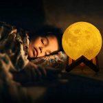 Albrillo 3D Lampe Lune - Veilleuse LED avec Interrupteur Tactile, 3 Couleurs et Dimmable, USB Rechargeable, 15cm Diamètre Portable Décoration pour Chambre Salon Café Cadeaux Anniversaire Noël de la marque Albrillo image 4 produit