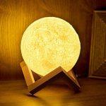 Lampe Lune 3D, Cuitan Tactile Lumière de Nuit 3 Couleur Ajustables USB Rechargeable Veilleuse de Chevet (Contrôle Tactile, 13cm) avec Mont en Bois pour Anniversaire, Chambre, Décoratif, Amis de la marque Cuitan image 1 produit